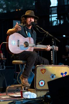 Saw Ben Harper yesteday in Tivoli, Utrecht. But still have 'Eddie Vedder' on my 'to do'- list ;) ... solo.