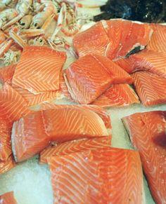 Ansprechende Farbe, gesund und überhaupt: Man sollte ja eh jede Woche mindestens einmal Fisch essen. Viele greifen im Supermarkt zu Lachs. Doch wie erkenne ich, ob Antibiotika bei der Zucht verwendet wurde? Oder stammt er gar aus bedrohten Wildbeständen? Worauf Verbraucher achten sollten.