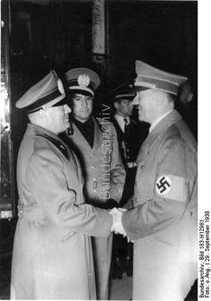 29.9.1938. Die Abreise des Duce von München. Nach Abschluß der Münchener Besprechungen verabschiedet sich der Duce auf das Herzlichste vom Führer, der ihn zum Bahnhof begleite hatte. In der Mitte der italienische Außenminister Graf Ciano.