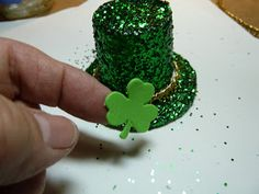 Make it easy crafts: Make a Leprechaun sparkle hat from a recycled K-cup K Cup Crafts, St Patrick's Day Crafts, Holiday Crafts, Easy Crafts, Bottle Crafts, Plastic Cup Crafts, Crafts For Less, Crafts For Seniors, Upcycled Crafts
