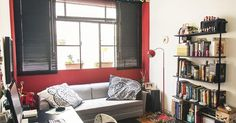Home Office com sofá e estante de livros - Destaque ao detalhe em cima da janela!