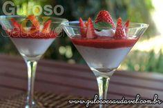 Delicioso e lindo este Creme de Coco e Morangos Diet servido em tacinhas, é perfeito para o #lanche!!  #Receita aqui: http://www.gulosoesaudavel.com.br/2016/09/16/creme-de-coco-e-morangos-diet/