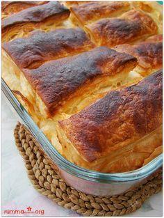Milföylü yufka böreği pişme aşamasıyla beraber yapımı tam 40 dk …Yanına da kremşantili kurabiyeden yaparsanız , 1 saat önce arayıp, 'geliyoruuum ' diyen misafirlerinize 'mutfakta biri mi var' dedirtebilirsiniz…:) Milföylü yufka böreği için gerekenler 3 adet yufka 6 adet milföy hamuru 3/4 su bardağı sıvı yağ 2 adet yumurta 1 su bardağı yoğurt 1 şişe …