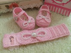 This Pin was discovered by mar Crochet Bebe, Baby Girl Crochet, Crochet Baby Booties, Crochet For Kids, Baby Shoes Pattern, Baby Patterns, Baby Boots, Baby Girl Shoes, Booties Crochet