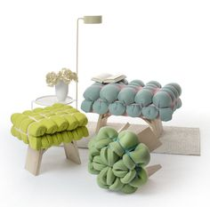 Zieharsofika upholstery by Meike Harde, made by folding foam mats and securing them to wooden stools with elastic. Chair Design, Furniture Design, Eco Deco, Green Label, Do It Yourself Furniture, Wooden Stools, Minimalist Interior, Textiles, Contemporary Furniture