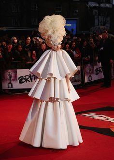 Lady Gaga nos trae este fabuloso vestido para las más atrevidas. Visita www.lawebparamiboda.es