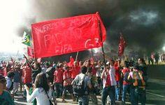 Protesto contra a Copa interdita avenida em frente ao Itaquerão
