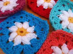 Bunny Mummy: Daisy Granny Square pattern    - free pattern with photo tutorial.♥ the puff stitch center