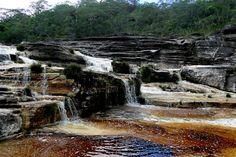 As águas acastanhadas do Rio Preto, contrastando com as areias brancas e formações de quartzo. Foto: Liana Carvalho