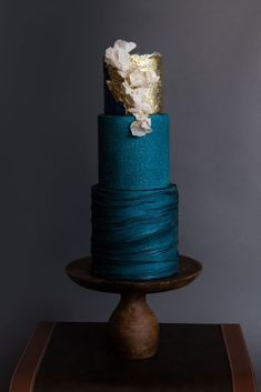 Gold Wedding Cakes dark wedding cake trend - Spotting the latest in cake trends can be tough! We talked to some of the top cakers in the industry and asked them to re-create 10 of the most popular up-and-coming cake trends for Beautiful Wedding Cakes, Gorgeous Cakes, Pretty Cakes, Amazing Cakes, Cupcake Torte, Cupcakes, Cake Trends 2018, Wedding Trends 2018, Bolo Mickey