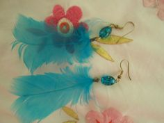 Des boucles d'oreilles en plumes turquoise!