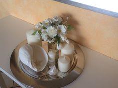 Silbertablett mit Muscheln ,Kerzen und Blumen aus dem Garten. Von Ulrike Kruppe