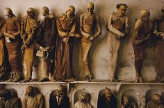 Catacumbas de los Capuchinos de Palermo, situadas en  Palermo (Sicilia), Italia. Los cuerpos se deshidrataban y se trataban con vinagre, algunos se embalsamaban, y otros se protegían en urnas de cristal. Después les volvían a poner sus ropas.En sus orígenes las catacumbas estaban destinadas solamente para el sepelio de los frailes, aunque con el paso de los años las familias palermitanas solicitaron que sus familiares fallecidos fueran depositados en las mismas.