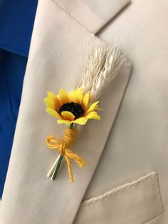 Sunflower boutonniere for men Wedding boda girasoles botonier flor ojal hombres Dry flower flores se Sunflower Corsage, Sunflower Boutonniere, Fall Sunflower Weddings, Sunflower Wedding Decorations, Wedding With Kids, Wedding Men, Fall Wedding, Wedding Wristlets, Country Style Wedding Dresses