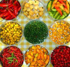 Há mais de vinte espécies de pimentas no gênero Capsicum, mas apenas cinco são normalmente cultivadas. Os frutos de sabor picante são muito apreciados na culinária