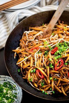 Malaysian Lo Shu Fun (Fried Rice Noodles) - **** elroy vond het echt heel lekker! Olie opgewarmd en knoflook en chili in gebakken. Wortel, bloemkoolstam, uien gebakken. Tomaat en taugee toegevoegd. Udon gekookt en toegevoegs, samen met saus uit het recept. +Extra oestersaus, mirin, rijstazijn, chilinoodles poeder, maggie en kerriepoeder ****
