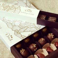 Trufas recheadas em estilosa caixa de presente 16 unids: sofisticado presente de Páscoa! Encomende pelo whatsapp (11) 99944-6957 e agende o dia e endereço de entrega! #pascoa2017 #presentedepascoa #trufasrecheadas #trufas #ganachebelga #chocolate #limaosiciliano #docedeleite #mint #chocolatemeioamargo #chocolateaoleite #embalagempascoa #caixadetrufas #caixadepresente #gifts #docilidadegeradocilidade