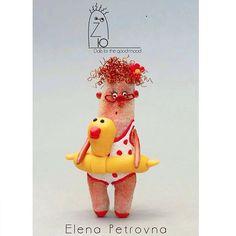 Наша путешественница ❤️ Дома ,в своей коробочке из натурального дерева ждет свою новую хозяйку👍👍👍👍👍 Прекрасная Елена Петровна в наличии и готова отправится в любую точку мира 🏠 Все наши @zum_zi размером 8 см,полностью ручная работа,без повтора,индивидуальная упаковка из дерева ,персональный паспорт ,пересылаются по всему миру 👏👏 #handmade#ярмармаркамастеров#куклы#миниатюры#ручнаяработа#подарки#
