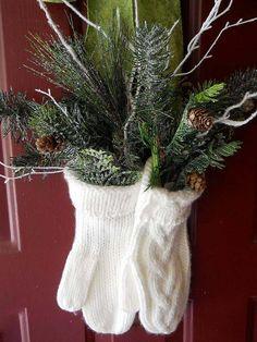 idées-déco-maison-Noël-porte-entrée-gants-tricot-blancs-branches-sapin-vertes-pommes-pin idées déco maison