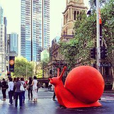 Les escargots géants sont de retour ! La dernière fois, ils envahissaient la cathédrale Duomo en Italie. Depuis, ils se sont lentement frayés un chemin jusqu'à Sydney pour participer au Art & About, une célébration annuelle d'art. Le collectif d'artistes Cracking Art Group a lâché 24 escargots colorés dans les parcs et rues de Sydney. Les gastéropodes d'une taille gigantesque sont réalisés en matières recyclables et rappellent subtilement l'importance de la conscience environnementale.