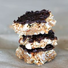 A snack that's simple, delicious, and packed with nutrition. This easy recipe for coconut almond granola bars is naturally sweetened and full of flavor. Options for baking or no-bake, too! #snackrecipes #granolabars Granola Bars Peanut Butter, Peanut Butter Oatmeal, Healthy Peanut Butter, Almond Butter, Banana Oatmeal Pancakes, Baked Oatmeal Cups, Vegan Cashew Cheese Sauce, Healthy Carrot Cakes, Healthy Snacks