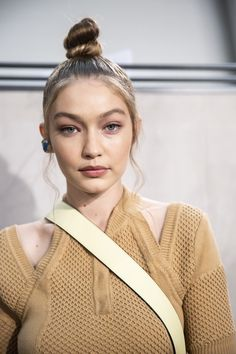 Updos, down dos and everything in between - get all your 2019 hair inspo direct from fashion week Gigi Hadid And Zayn, Gigi Hadid Outfits, Gigi Hadid Style, Spring Hairstyles, Cool Hairstyles, Pelo Editorial, Celebs, Celebrities, Bella Hadid
