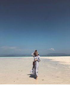 Hijab Fashion Summer, Street Hijab Fashion, Girl Beach Pictures, Beach Photos, Beach Ootd, Beach Outfits, Ootd Poses, Beach Photography Poses, Instagram Beach