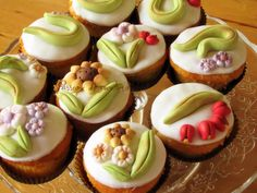 cupcakes decorated with style thun Pretty Cupcakes, Flower Cupcakes, Mini Cakes, Cupcake Cakes, Cupcake Heaven, Cake Board, Culinary Arts, Amazing Cakes, Cake Pops
