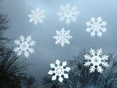 Hübsche Schneeflocken als Fensterdekoration - unkompliziert, sieht immer gut aus und hält bis Februar :-)
