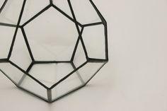 Szklane terrarium na sukulenty lub kaktusy. Może też stanowić lampion lub latarnię.  Świetnie nadaje się również do eksponowania biżuterii i innych drobiazgów.  Wykonane ze szkła połączonego...