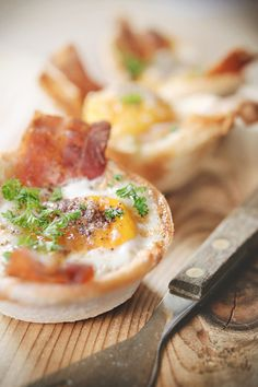 A Sunday brunch star if ever there was: Egg and Bacon Toast Cups. cooking guide tips Breakfast And Brunch, Breakfast Dishes, Breakfast Recipes, Sunday Brunch, Breakfast Healthy, Breakfast Ideas, I Love Food, Good Food, Yummy Food