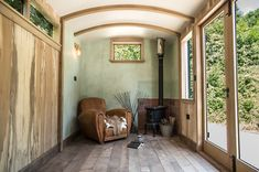 57 Cozy Carriage House Interior Ideas You Have To See Right Now Home Office, Garden Office, Architecture Design, Shepherds Hut, Interior Windows, Gypsy Wagon, Carriage House, Garden Studio, Deco Design