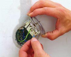 Elektroinstallationen: Steckdose installieren - Es gibt nie genügend Steckdosen im Haus. So verlegst du nachträglich eine weitere Steckdose.