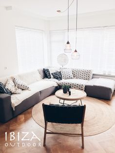 Wow! wat een mooi ingerichte woonkamer, met de ushuaia vintage loungestoel en de ronde ibiza salontafel. bij interesse mail naar ibizaoutdoor@gmail.com ook voor een afspraak in de loods.