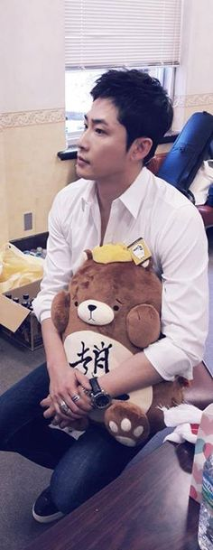 Latest tweet from Kang Ji Hwan's stylist, Ji Young Park translated by Pechumori 20141213 Kang Ji Hwan Tokyo Fan Meeting. You are really passionate with your ideas, actor Kang. (Look closely at the stuffed toy that KJH is holding. It has the logo of his agency, Choeun Company imprinted on it)