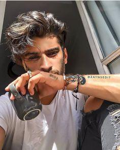 [social media ❦ crack fic] zayn randomly decides to prank text his n… Zayn Mallik, Zayn Malik Photos, Niall Horan, Zayn Malik Style, One Direction Pictures, Pretty Boys, Singer, Celebrities, Celebs