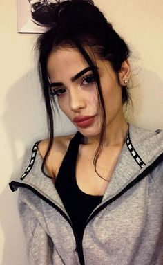 Makeup Geek, Beauty Makeup, Hair Beauty, Oval Face Hairstyles, Foto Casual, Instagram Pose, Fake Photo, Selfie Poses, Insta Photo Ideas