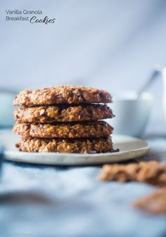 Gluten Free Granola Oatmeal Breakfast Cookies - These kid-friendly healthy breakfast cookies use granola for added crunch! They're gluten and egg free Gluten Free Granola, Gluten Free Oatmeal, Gluten Free Snacks, Vegan Granola, Chocolate Granola, Oatmeal Breakfast Cookies, Healthy Oatmeal Breakfast, Breakfast Recipes, Health Breakfast
