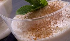Pon en una cazuela la leche, el arroz, una rama de canela y media vaina de vainilla. Añade la corteza de limón y la de naranja. Remueve y deja cocinar, a fuego suave, durante 40-45 minutos. Remueve cada 4-5 minutos para que no se pegue. Cuando el arroz con leche adquiera una textura melosa, agrega el azúcar. Remueve y deja cocinar un poco más (5-10 minutos). Retira la canela, la vainilla y las cortezas de naranja y de limón. Deja atemperar y repártelo en 4 copas. Espolvorea canela por encima