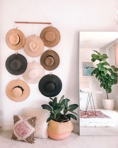Instead of piling hat collection make this super easy DIY hat rack, hat wall display, hat rack, hat organizer, how to hang hats on wall without nails. Diy Hat Rack, Hat Hanger, Wall Hat Racks, Diy Wand, Hanging Hats, Diy Hanging, Fabric Wall Decor, Decoration Entree, Hat Decoration
