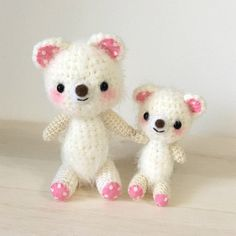 ふわふわの毛糸で編んだ触るとほっこりするような世界で一つのあみぐるみです。仲良し親子のくまのあみぐるみを作りました。二人の手は縫い付けてありますので離れません。あなたの癒しになれたら嬉しいです。●カラー:白、ピンク●サイズ:70g 母14×8cm 子11×5.5cm●素材:ナイロン、アクリル、フェルト、綿、羊毛フェルト●注意事項樹:かぎ針編みのあみぐるみです。耳、足、鼻は羊毛フェルトを使用しています。洋服は着脱することが出来ません。一人でお座りするのが苦手です。何かに寄りかからせてあげて下さい。細かいパーツを使用しております。小さなお子様、ペットにはくれぐれもご注意下さい。●作家名:p-imakanあみぐるみ/かわいい/動物/お座り/マスコット/編みぐるみ /プレゼント/贈り物/誕生日/出産祝い/人形/ぬいぐるみ/小物雑貨/手編み/ どうぶつ /アニマル/可愛い/キュート/犬/いぬ/うさぎ/ウサギ/クマ/くま/お洋服【配送】ゆうパック(保証・追跡サービスあり)レターパック(保証なし・追跡サービスあり)定形外郵便物…