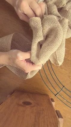 Easy Burlap Wreath, Burlap Wreath Tutorial, Burlap Crafts, Wreath Crafts, Diy Wreath, Wreath Making, Making Burlap Wreaths, Diy Burlap Bags, Burlap Bubble Wreath