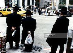 Strassenszene in New York. Orthodoxe Juden stehen am Strassenrand. - 00.10.1996