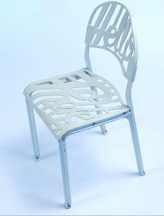 Drie witte designstoelen van Artifort, type Hello There van Jeremy Harvey (1978).    De stoelen zijn in zeer goede staat (coating is opnieuw aangebracht). Een designklassieker uit de jaren '70 van Artifort: stoel wordt veel gebruikt in museum-cafés en trendy clubs. Prijs: 120 euro per stoel. Als set van 3 en per stuk te koop. www.daspasdesign.nl