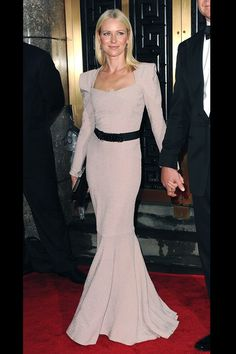 El diseñador Roland Mouret lanza una línea de vestidos de novia: Naomi Watts con un vestido empolvado
