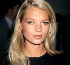 18 iconic beauty icons of the including matte skin, brick-red lips, unstyled hair: Kate Moss. 90s Hairstyles, Celebrity Hairstyles, 90s Makeup, Hair Makeup, Kate Moss Hair, Hair Evolution, Kate Moss Style, Photo Vintage, Pink Hair