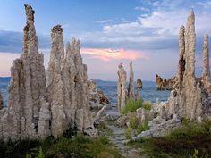 Los pináculos Tufa, están ubicados en el lago Mono de la Sierra Nevada, en Estados Unidos. Es un sistema cerrado de agua hidrológico. La única forma de que el agua abandone este lago es a través de la evaporación.