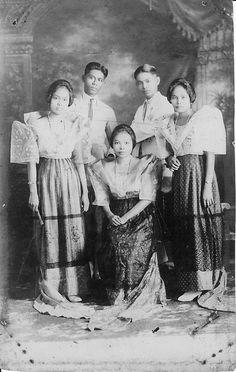 Turn of the century portrait - Maria Clara ensembles Philippines Les Philippines, Philippines Culture, Asian History, Women In History, History Photos, Family History, Filipino Fashion, Filipino Culture, Filipina Beauty