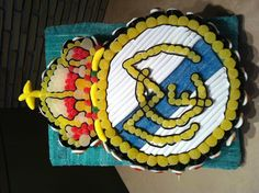 Escudo de chuches, Real Madrid Candy Cakes, Real Madrid, Marshmallow, Birthday Cake, Desserts, Gifts, Food, Caramel Pie, Candy Table