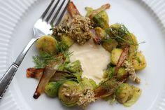 Smørstegt rosenkål med karameliserede løg, syltede hylde- og broccoliblomster og sauce på rygeost og brunet smør.